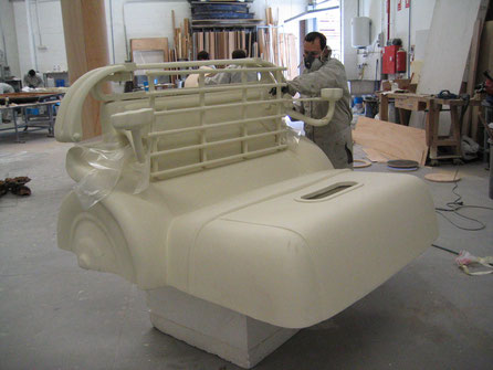 Constucción de un Rolls Royce antiguo, para exposición