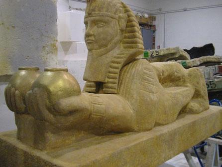 Esfinge egipcia, con dos pebeteros