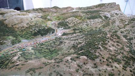Maqueta de zona montañosa rocosa