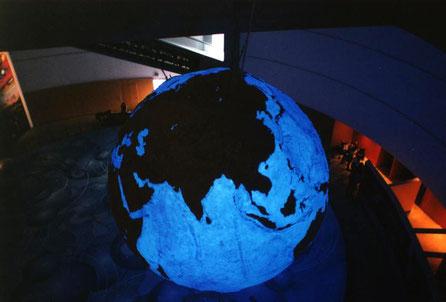 Globo Terraqueo Gigante,, (Oceanos y Continentes en relieve topográfico) 5 metros diametro. Exposición Universal Lisboa, Pabellón del Futuro.