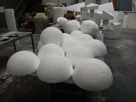 Medios Balones de fútbol para decorar en relieve las paredes de un stand (talla en poliespan) 40 cm