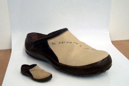El zapato de la izquierda es el real de tamaño natural , el de la derecha un zapato ficticio XXL para escaparate