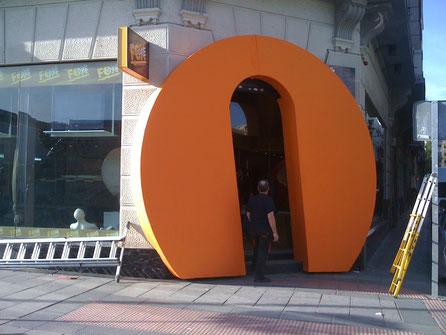 Letras Gigante de Logo, como Embocadura de Entrada, exposición efímera