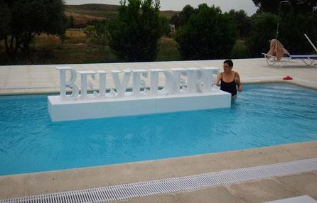 Letras flotantes, reclamo publicitario para eventos veraniegos en piscina