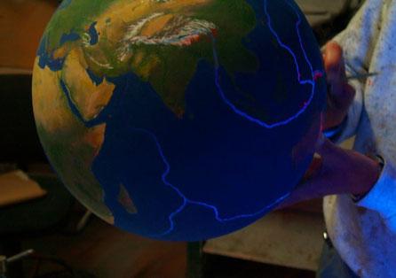 Esfera Mundi, información fallas tectónicas en flourescentes, para exposición en el Instituto de Técnicas Aeroespaciales, INTA