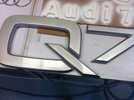 Lacado  plata automoción, sobre mecanizado de letras en placa de poliuretano.