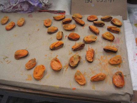 Ficticion de mejillón, en taller, para exposición Alimentos del Mar. Museo do Mar Vigo