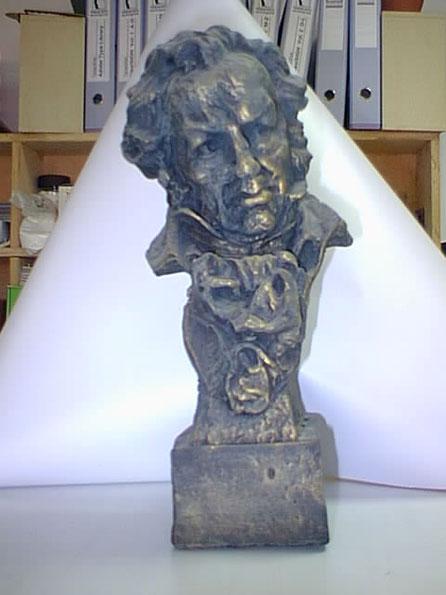 Esta es una versión de escenario para la entrega de los Premios Goya. Es del tamaño del trofeo original, pero muy ligero, para permitir hacer una especie de gag en la entrega