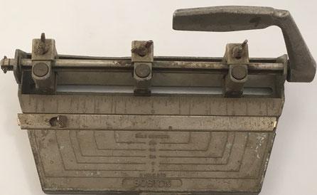 Taladradora para papel marca BOSTON, tres agujeros, 28x13x16 cm