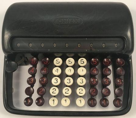 Sumadora CONTEX A, s/n 43742, fabricada por Gebr. Carlsen, Gentofte (Dinamarca),  año 1945, 22x21x7 cm