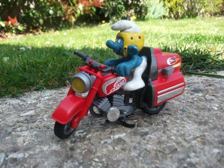 Le Schtroumpf avec sa moto