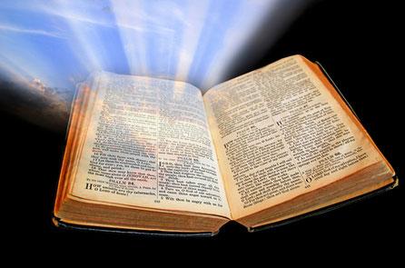 La lumière émise par le chandelier contraste avec l'obscurité de la nuit tout comme la Lumière divine éclaire les pas des hommes et les guide dans l'obscurité et l'ignorance de ce monde. La lumière liée à la connaissance, à la compréhension, à la clarté