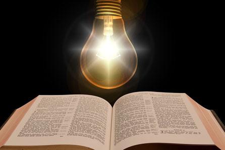 L'étude de la Bible. Ta parole est comme une lampe qui guide tous mes pas, elle est une lumière éclairant mon chemin. Fais-moi cheminer vers ta vérité et enseigne-moi, car tu es le Dieu qui me sauve. Heureux ceux qui écoutent les paroles de la prophétie !
