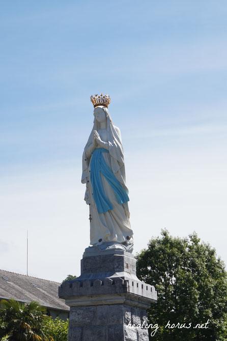 大聖堂に向かって立つ聖母マリア像。