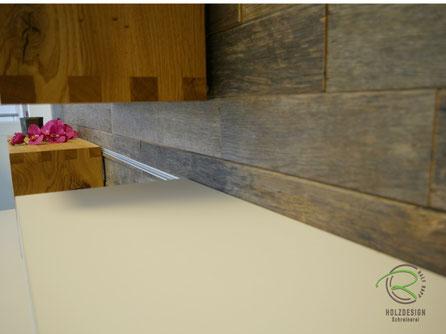 Altholz-Rückwand für Wohnzimmerwand von Schreinerei Holzdesign Ralf Rapp, Funktionale Wohnzimmerwand in Eiche Altholz & Eiche Natur,  modulare Wohnwand für individuellen Look mit Einhänge-Schienen-System, TV-Lowboard wandhängend mit Schiebetüren