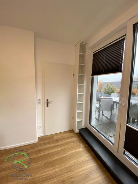 kleines Kinderzimmer mit raumhohen Bücherregal, Kinderzimmereinrichtung mit schmalen Regal in weiß, Kindermöbel in weiß u. grau nach Maß von Schreinerei Holzdesign Ralf Rapp in Geisingen