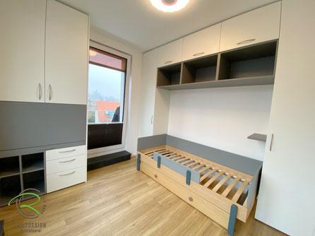 Kinderzimmereinrichtung nach Maß in  weiß u. grau von Schreinerei Holzdesign Ralf Rapp in Geisingen, Kindermöbel vom Schreiner, kleines Kinderzimmer einrichten mit funktionalen Möbeln vom Schreiner, Schreibetischschrank fürs Kinderzimmer in weiß u. grau