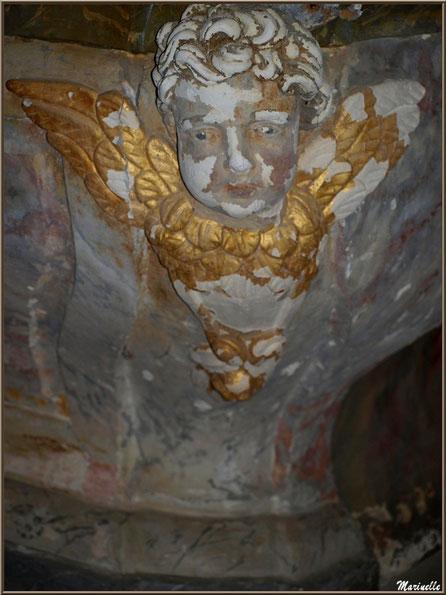 Ange (côté droit) en dessous du socle de l'autel de l'église Saint Pierre de Mons à Belin-Beliet (Gironde)