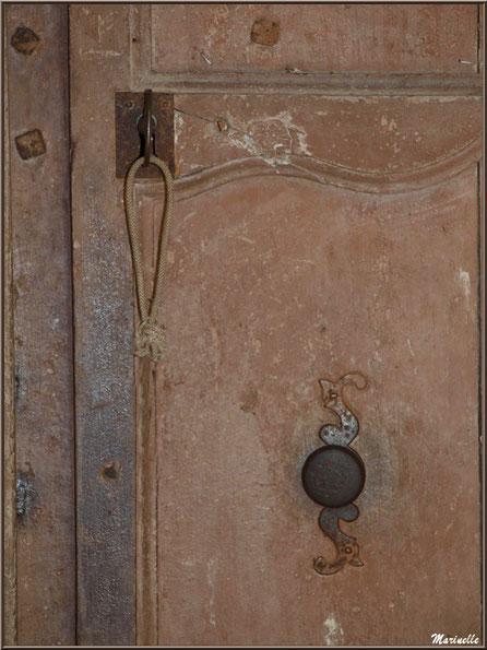 Porte d'entrée et sa clé à l'église Saint Pierre de Mons à Belin-Beliet (Gironde)