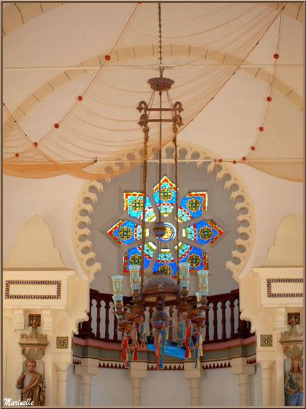Chapelle Algérienne, le lustre avec en fond le bateau ex-voto pendu, le balcon, la rosace et les statues de chaque côté de l'autel, Village de L'Herbe, Bassin d'Arcachon (33)