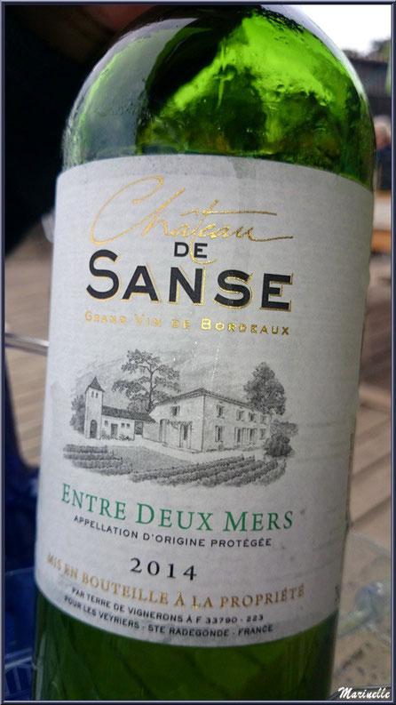 """Et un excellent petit vin blanc pour accompagner le plateau de fruits de mer, dégusation d'huîtres """"La Barque à Huîtres"""", Village de L'Herbe, Bassin d'Arcachon (33)"""