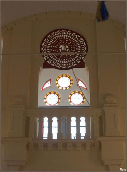 Chapelle Algérienne, balcon, rosace, et vitraux au-dessus de la porte d'entrée,  Village de L'Herbe, Bassin d'Arcachon (33)