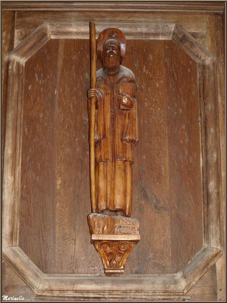 Statue de Saint Jacques de Compostelle sur le retable (côté droit) de l'autel de la Vierge, église Saint Pierre de Mons à Belin-Beliet (Gironde)