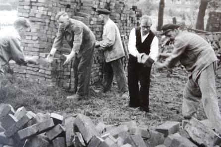 Viele freiwillige Helfer packen mit an, um die eigene Kirche zu bauen