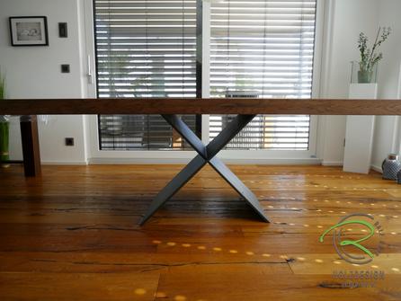 Schweißnaht, Metallgestell anthrazit, aufgedoppelte Massiholztischplatte mit Stahl-Tischgestell, anthrazit, pulverbeschichtetes Metalltischgestell mit aufgedoppelter Massivholztischplatte, gebeizte Tischplatte in Eiche aufgedoppelt,