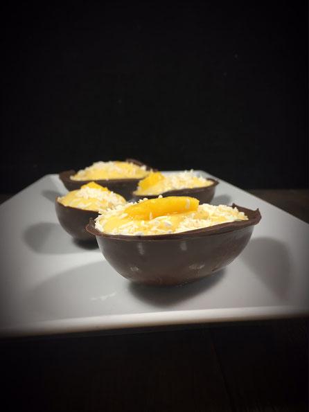 Oster Dessert Mango Kokos Creme in einem halben Schokoladen-Ei aus dem Thermomix vegan