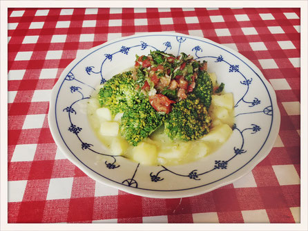 brokkoli auf kartoffeln mit tomaten topping wenig kalorien essen kosmetik putzmittel etc. Black Bedroom Furniture Sets. Home Design Ideas