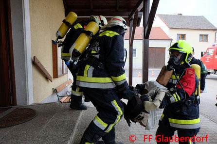 Feuerwehr, Blaulicht, Rettungswagen, Traktor, Hollabrunn, Kreuzung, Güterweg, Unfall, Zusammenstoß, Kollision
