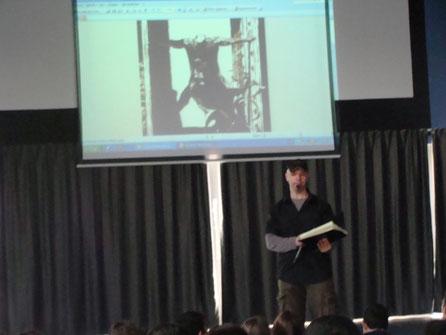 rafa garres dibuixant comics al institut