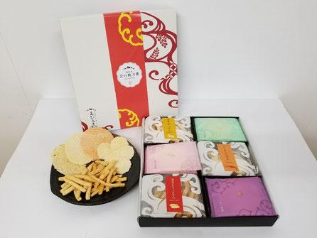 愛知県のえびせんべいの中でも、贈答用におすすめな、『匠の帆乃菓KTHO』です。えびせんべい3種類とスティック、小丸せんべいを詰め合わせました。