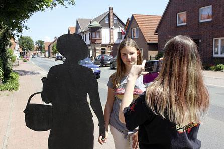 Den Schattenriss der Jüdin Jeanette Löwenstein haben die IGS-Schüler auf Rehburgs Straßen getragen – und berichten per Video aus deren leben.
