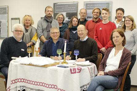 Gemeinsam am Shabbat-Tisch: Harald Hoppe (sitzend, 2. von links) und Mathias Granz (sitzend, 2. von rechts) unterzeichnen die Kooperationsvereinbarung.