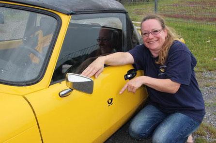 Seit zwei Jahren ist das Spitfire Cabrio von Anja Büscher aus Bielefeld restauriert. Stolz zeigt sie einen kleinen Postaufkleber, der an die alte Poststelle in ihrem Zuhause erinnern soll. Die Spitfire-Fahrer trafen sich auf dem Campingplatz am Furlbach.