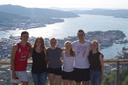 Tobias, Corona, Charlotte, Tabea, Martin und Irina auf dem Berg Fløyen