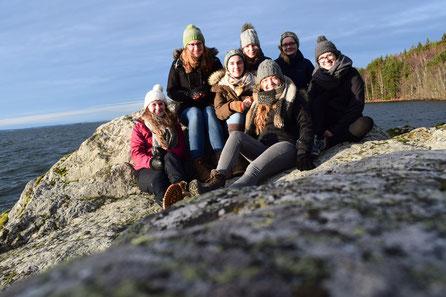 Miriam Schmelz, Anna Nick, Lioba Dietz, Elisabeth Schwake, Pia Wittek, Maria Korten und Magdalena Kollbeck auf den Felsen vor Marieudd