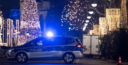 """""""""""Sur la Breitscheidplatz à Berlin, seules les lumières bleues des voitures de police et des ambulances clignotent, mais leurs sirènes sont en sourdine"""" (Sources  Der Speigel)"""