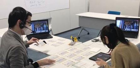 手元のタブレットを見ながら、OriHimeを通じて対応する東京の現場