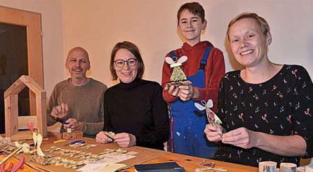 Sie arbeiten in der Engerlwerkstatt: Christian, Helga und Philip Kordick mit Ursl Marchner. Foto: Linner