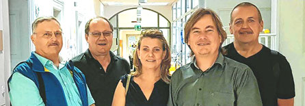 Von rechts: Harald Stawars, Alois Fruth, Frauke Fruth, Christian Rothmann und Ludwig Jobst übergaben die Spende in Höhe von 4.300 Euro an das Dr. von Haunersche Kinderspital in München. Foto: extra - pm
