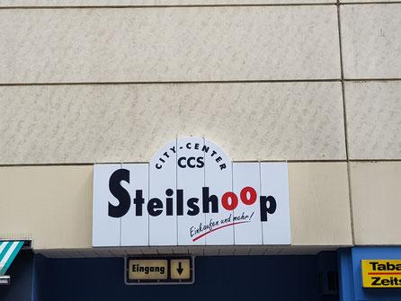 Ein Eingang des EKZ Steilshoop am Schreyerring