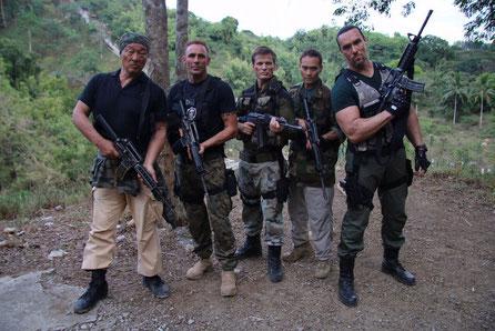 OIivier mit Casper Van Dien, Mark Dacascos, Alexander Nevsky und Cary-Hiroyuki Tagawa am Set von Showdown in Manila.