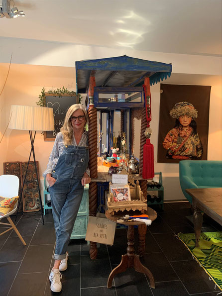 Bea Petri mit Möbeln und Accessoires aus Marokko, Bali und Burkina Faso © Bea Petri