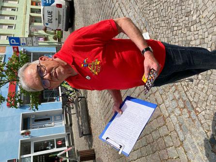 Manfred Göbel mit Unterschriftenliste und vorgedruckter Protest-Postkarte, die an Bürgermeister und Stadtrat adressiert ist.