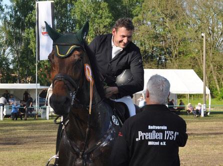 In Mützel bekommt Daniel Oelze die Glückwünsche von Torsten Schuldt. Foto: Falk Heidel/Alpha-Report