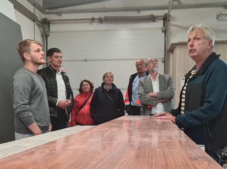 Frank Ringwelski (rechts) erklärt einige Arbeitsabläufe in der Schiffswerft Bolle.