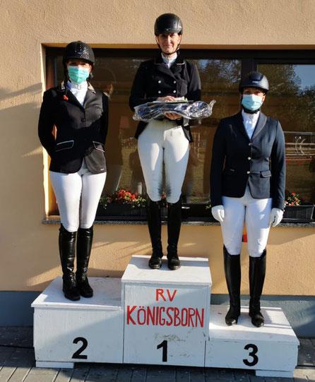 Die Dressurreiter Grit Dautel-Klingenberg, Sandra Bothe und Nora Hennigs bei der Siegerehrung. Foto: Maria Kühne